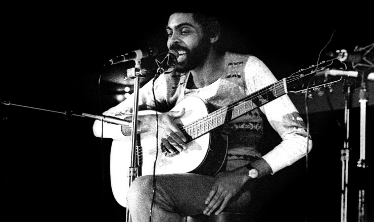 <strong> Em Paris, Gilberto Gil </strong> faz apresentação duranteexílio