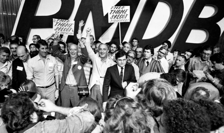 <strong> Conven&ccedil;&atilde;o do PMDB-SP, </strong> em junho,&nbsp;com Ulysses Guimar&atilde;es ladeado por Orestes Qu&eacute;rcia (&agrave; esq.) e Franco Montoro, ent&atilde;o escolhido candidato ao governo do Estado&nbsp;