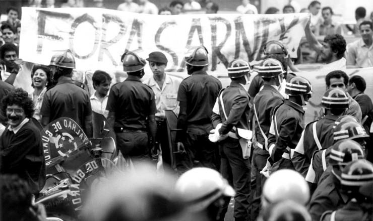 <strong> Policiais atuam na conten&ccedil;&atilde;o </strong> de manifestantes em frente &agrave; Academia Brasileira de Letras, no Rio de Janeiro, durante visita do presidente Sarney