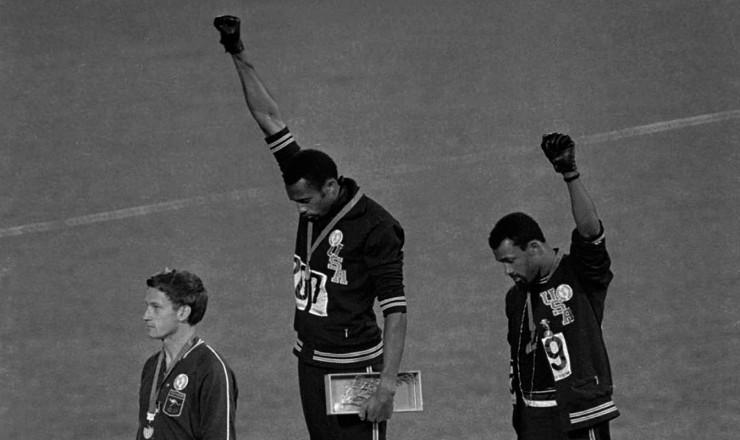 <strong> Atletas negros norte-americanos</strong> protestam contra a interven&ccedil;&atilde;o no Sudeste Asi&aacute;tico, durante os Jogos Ol&iacute;mpicos de 1968, no M&eacute;xico