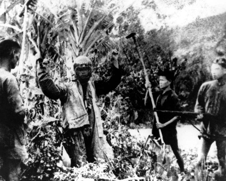 <strong> Piloto dos EUA</strong> &eacute; feito prisioneiro por guerrilheiros vietcongues