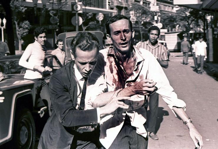 <strong> Jovem ferido</strong> &eacute; socorrido por outro manifestante