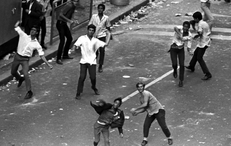<strong> Manifestantes enfrentam</strong> a cavalaria da PM com pedras no Rio de Janeiro