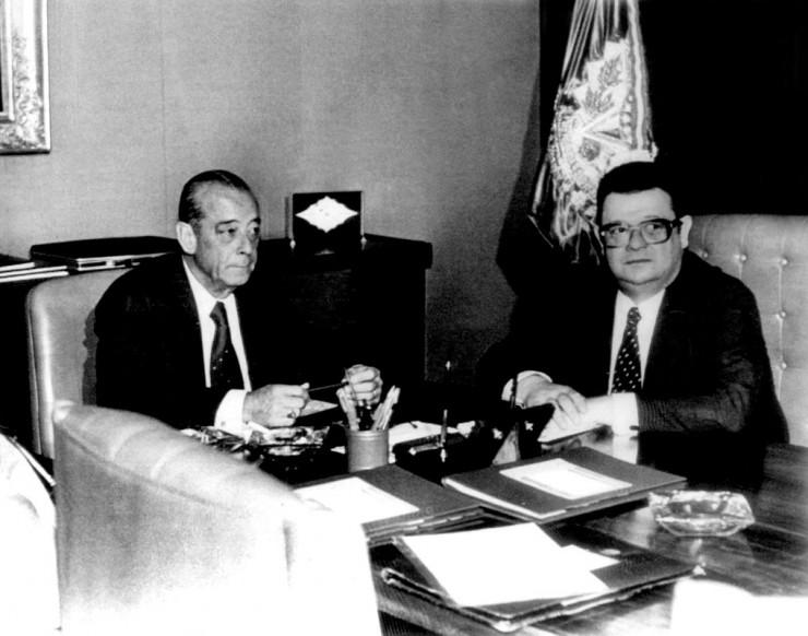 <strong> Figueiredo com Delfim Netto, </strong> ministro da Fazenda que implantou a maxidesvaloriza&ccedil;&atilde;o da moeda