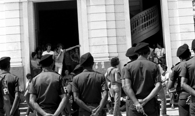 <strong> Manifestantes pedem a libertação </strong> dos padres franceses, acusados de incitarem a viol&ecirc;ncia entre os camponeses de S&atilde;o Geraldo do Araguaia (PA)