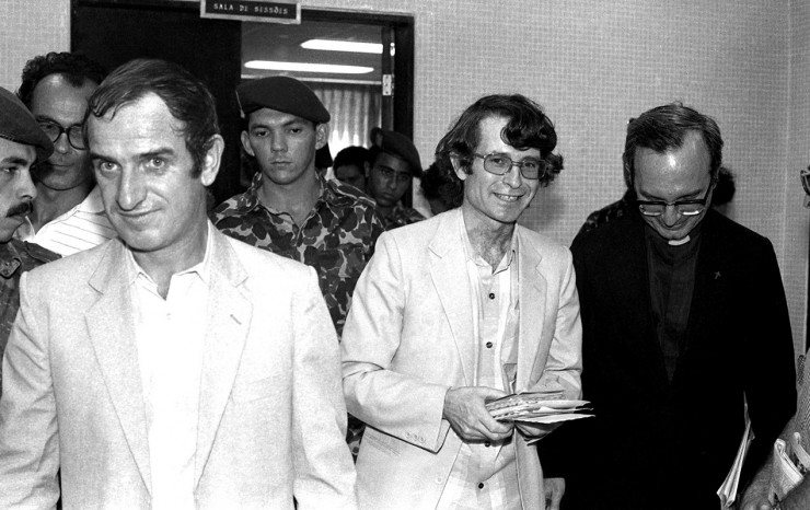 <strong> Os padres franceses</strong> Francisco Gouriou (&agrave; esq.) e Aristides Camio com dom Luciano Mendes de Almeida (à dir.)