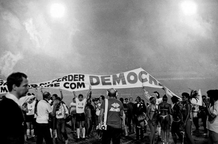 <strong> Jogadores do Corinthians</strong> estendem faixa da Democracia Corintiana em campo
