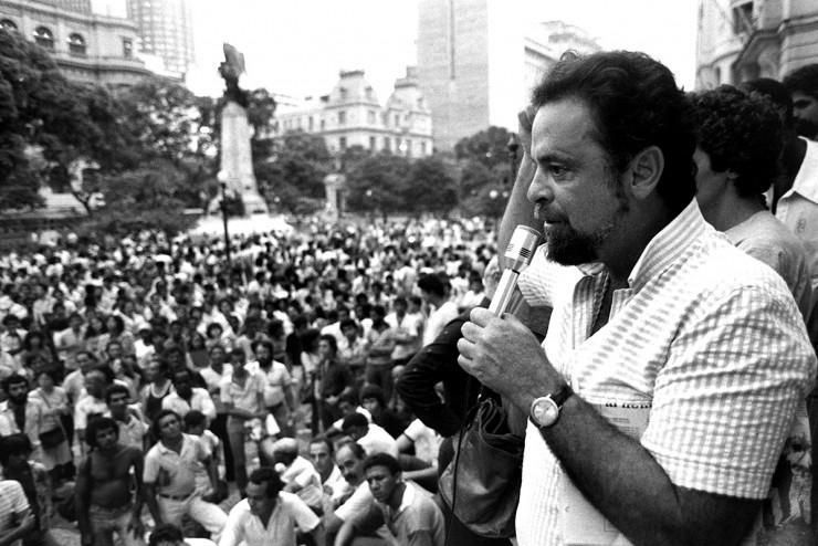 <strong> M&aacute;rcio Moreira Alves</strong> discursa na manifesta&ccedil;&atilde;o no Rio contra a presen&ccedil;a de Reagan no Brasil