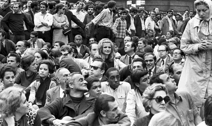<strong> Paulo Autran </strong> (sentado &agrave; frente), Odete Lara (ao centro) e Clarice Lispector (&agrave; dir., em p&eacute;) em concentra&ccedil;&atilde;o para a passeata