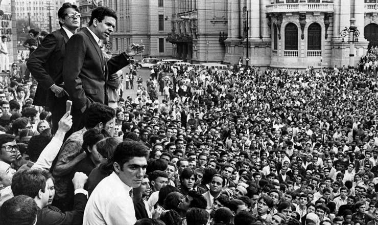 <strong> Vladimir Palmeira,</strong> l&iacute;der estudantil, discursa na Cinel&acirc;ndia totalmente tomada