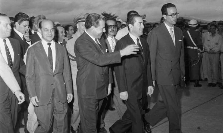 <strong> Tancredo Neves (esq.), ao lado de Jo&atilde;o Goulart e Leonel Brizola, </strong> foi nomeado primeiro-ministro em 1961, na ado&ccedil;&atilde;o do regime parlamentarista e logo ap&oacute;s a ren&uacute;ncia de J&acirc;nio Quadros