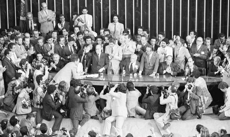 <strong> Tancredo sa&uacute;da o Congresso</strong> logo ap&oacute;s sua elei&ccedil;&atilde;o para presidente, na qual recebeu 480 votos contra 180 dados a Paulo Maluf