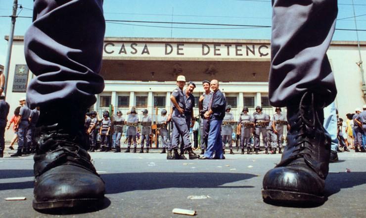 Tropa de choque isolando a entrada da Casa de Detenção do Carandiru depois do massacre de 1992
