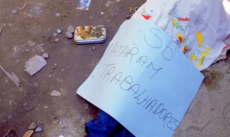 <strong> Corpo de morador assassinado</strong> na favela de Vig&aacute;rio Geral; todos os mortos eram trabalhadores ou estudantes
