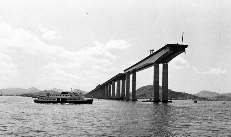 <strong> Construção da ponte</strong> Rio-Niterói, única obra concluída do Plano de Integração Nacional