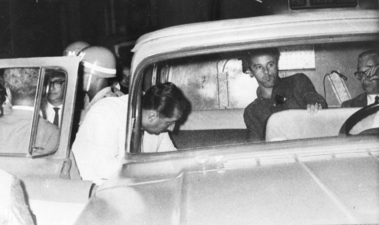 <strong> Fl&aacute;vio Rangel</strong> &eacute; levado preso durante protesto contra a ditadura