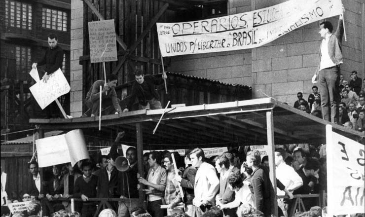 <strong> Manifestantes tomam o palco</strong> oficial montado na pra&ccedil;a da S&eacute;