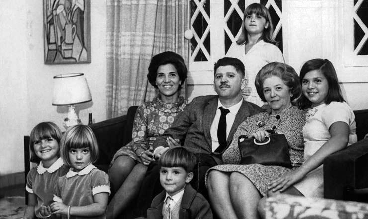 <strong> O ex-deputado Rubens Paiva</strong> entre&nbsp;sua mulher, Eunice (&agrave; esq.), a sua m&atilde;e e os cinco filhos