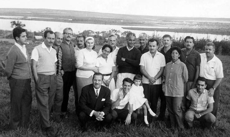 <strong> Grupo de asilados </strong> na Embaixada da Iugosl&aacute;via, em 1964; entre eles, Rubens Paiva (3&deg; da dir. para a esq.); o secret&aacute;rio de imprensa de Jo&atilde;o Goulart, Raul Ryff (de cabelos e bigode branco, ao centro), e Almino Affonso (2&deg; da esq. para a dir.)