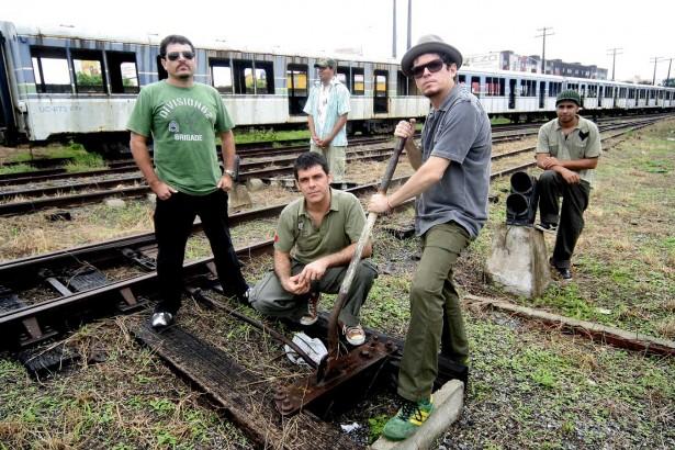 Liderado por Fred 04, o Mundo Livre S/A surgiu ainda na d&eacute;cada de 1980, fazendo uma improv&aacute;vel mistura entre samba e <em> punk</em> , que eles classificavam como &ldquo;Samba em outra frequ&ecirc;ncia&rdquo;. O grupo lan&ccedil;ou seis &aacute;lbuns de est&uacute;dio, com destaque para &ldquo;Samba esquema Noise<em> &rdquo;</em> , de 1994.