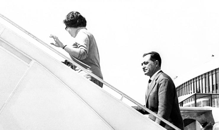 <strong> O ex-governador embarca</strong> no aeroporto de Orly, em Paris, rumo &agrave; Arg&eacute;lia