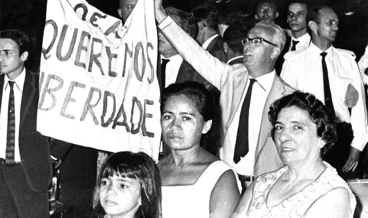 <strong> Antonio Callado,</strong> ao centro com a faixa, protesta no Hotel Gl&oacute;ria