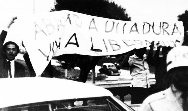 <strong> Thiago de Mello</strong> na manifesta&ccedil;&atilde;o em frente ao hotel da confer&ecirc;ncia da OEA