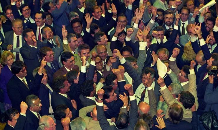 <strong> Deputados comemoram no plen&aacute;rio</strong> da C&acirc;mara o voto que garantiu a aprova&ccedil;&atilde;o da abertura de processo de impeachment contra o presidente Fernando Collor