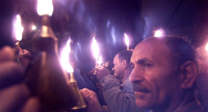 <strong> Jo&atilde;o Freitas (&agrave; dir.) e outros metal&uacute;rgicos</strong> fazem protesto &agrave; luz de velas e lamparinas diante da f&aacute;brica da Caloi, em S&atilde;o Paulo; eles defendiam a redu&ccedil;&atilde;o da jornada de trabalho para evitar o desemprego durante o racionamento  &nbsp;