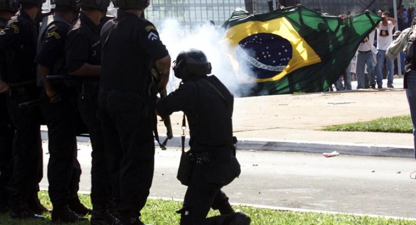 <strong> Soldado atira bomba de g&aacute;s lacrimog&ecirc;neo</strong> durante conflito com manifestantes em um ato contra a corrup&ccedil;&atilde;o e o apag&atilde;o, em frente ao Congresso Nacional