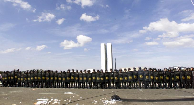 <strong> Tropa de Choque da Pol&iacute;cia Militar</strong> se posiciona em frente ao Congresso Nacional, durante ato contra a corrup&ccedil;&atilde;o e o apag&atilde;o no setor el&eacute;trico