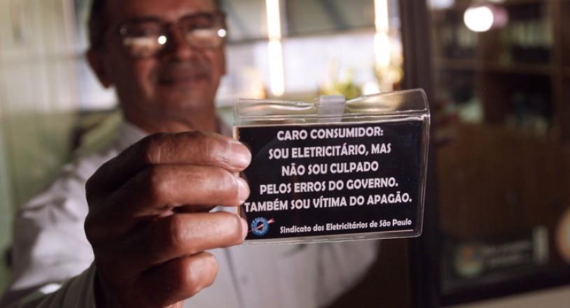 <strong> Funcion&aacute;rio do Sindicato dos Eletricit&aacute;rios, </strong> Jos&eacute; Gabriel Alves da Silva mostra crach&aacute; no qual os funcion&aacute;rios da Eletropaulo, companhia de energia de S&atilde;o Paulo, se eximem da culpa pela crise energ&eacute;tica&nbsp;
