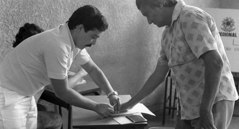 <strong> Severino Pereira Pequeno</strong> assina com a digital a folha de vota&ccedil;&atilde;o; ele foi um dos<strong> </strong> milhares de brasileiros analfabetos que puderam participar das elei&ccedil;&otilde;es municipais de 1985  &nbsp;