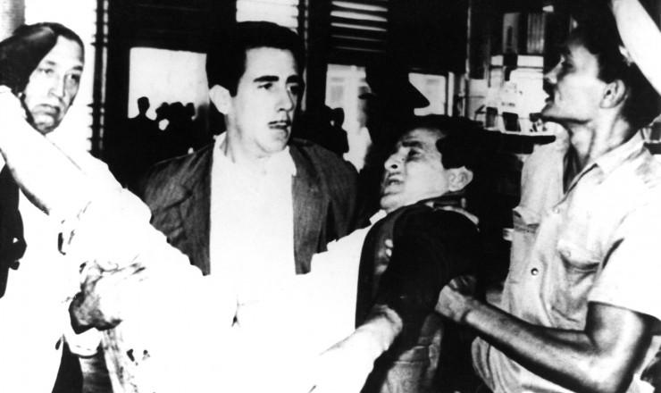 <strong> Ferido é socorrido</strong> após explosão de bomba no Aeroporto de Guararapes