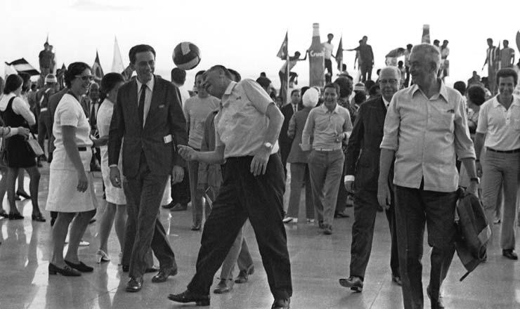 <strong> General M&eacute;dici cabeceia</strong> bola de futebol em&nbsp;comemora&ccedil;&atilde;o &agrave; vit&oacute;ria do Brasil no Pal&aacute;cio da Alvorada &nbsp;  &nbsp;