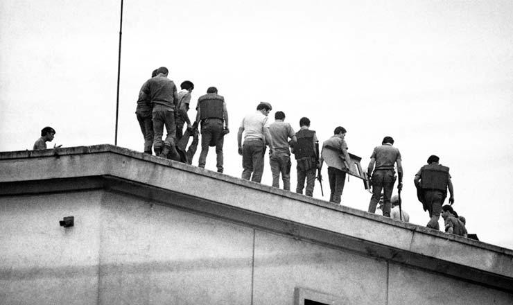 <strong> Policiais no topo</strong> da Casa de Deten&ccedil;&atilde;o ao final da rebeli&atilde;o<br /> &nbsp;