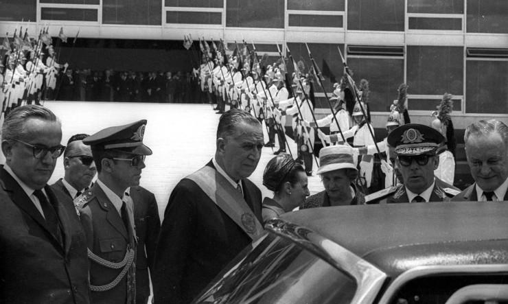 <strong> Médici após a posse </strong> na Presidência, acompanhado pelo vice, almirante Augusto Rademaker, e pelo general João Baptista Figueiredo, chefe do SNI (da dir. para a esq.)