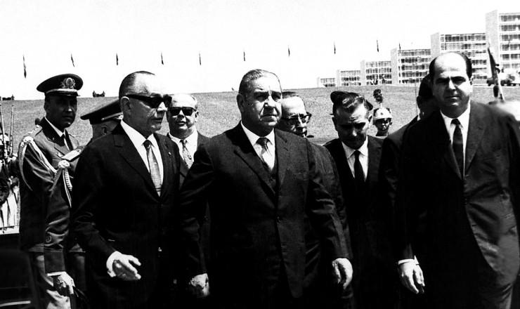 <strong> O general Costa e Silva</strong> (ao centro) chega para a cerim&ocirc;nia de posse na Presid&ecirc;ncia da Rep&uacute;blica&nbsp;
