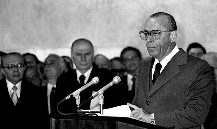 <strong> O general presidente Figueiredo </strong> anuncia envio do projeto da Lei de Anistia ao Congresso, em 27 de junho de 1979&nbsp;