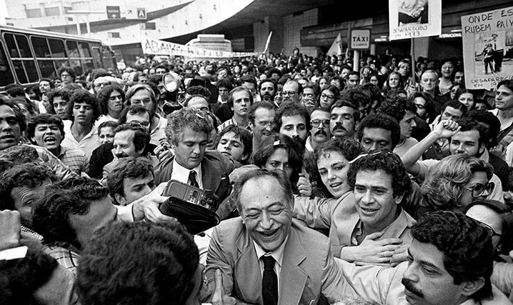 <strong> O ex-governador Miguel Arraes,</strong> um dos beneficiados pela Lei da Anistia, volta do ex&iacute;lio e desembarca no Rio de Janeiro, em 15 setembro de 1979&nbsp;