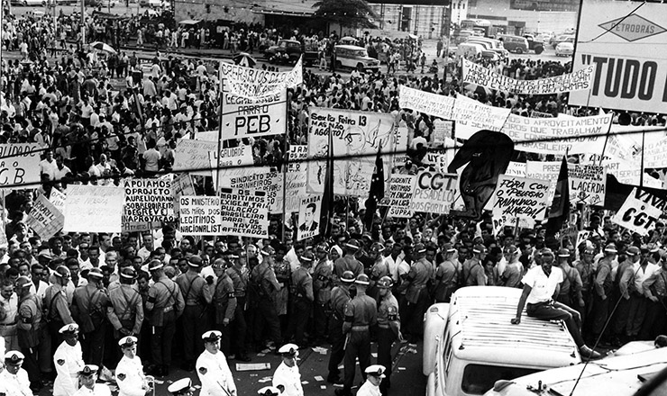 <strong> Comício na Central do Brasil, </strong> que reuniu 300 mil pessoas no dia 13 de março de 1964