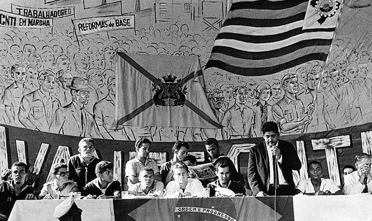 <strong> H&eacute;rcules Correia, </strong> do PCB, junto ao cabo Anselmo (sentado, &agrave; esq.), discursa durante a Rebeli&atilde;o dos Marinheiros