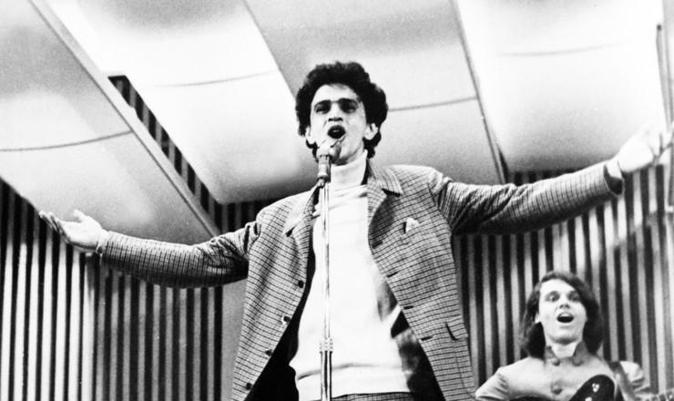 <strong> Caetano Veloso</strong> interpreta &quot;Alegria, Alegria&quot; no Teatro Record&nbsp;  &nbsp;