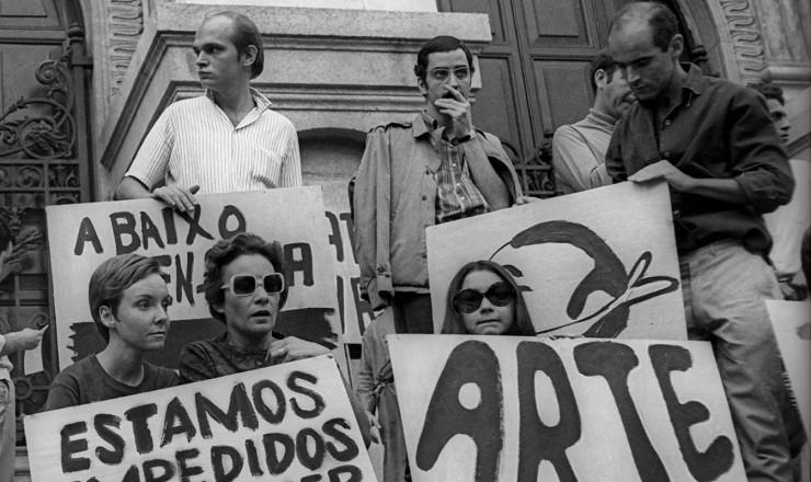 <strong> Artistas em manifestação</strong> nas escadarias doTeatro Municipal do Rio de Janeiro contra a censura