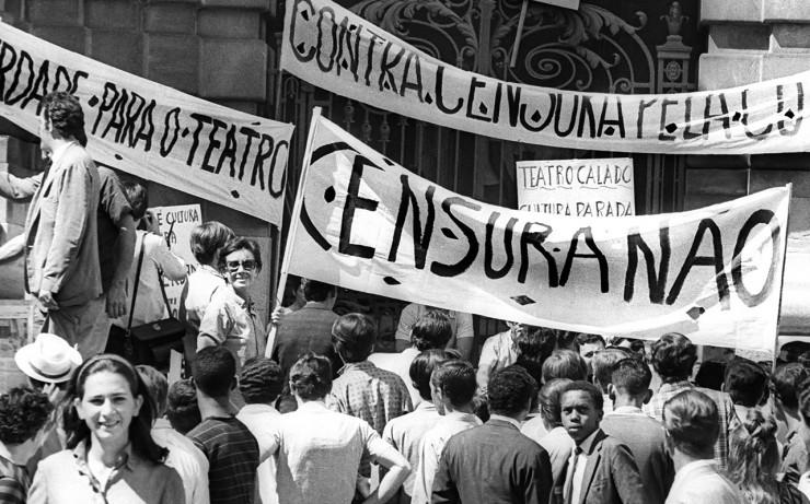 <strong> Populares se unem</strong> aos artistas no protesto que levou à greve de 72 horas