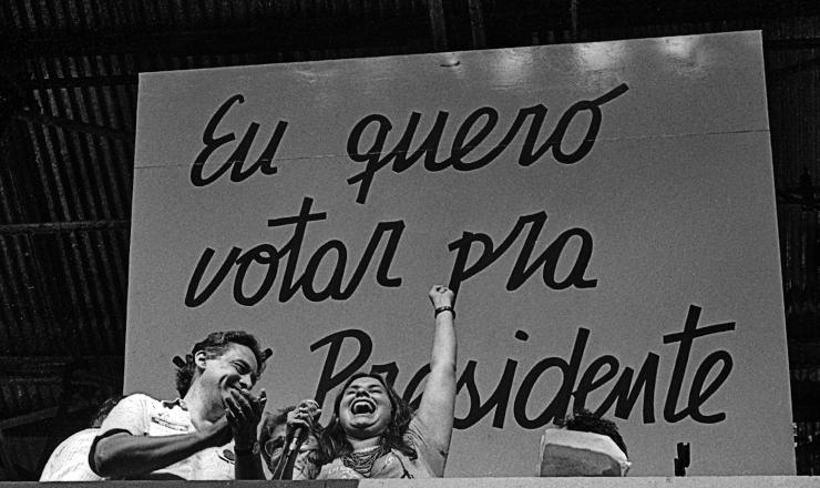 <strong> A cantora Faf&aacute; de Bel&eacute;m, </strong> ao lado de Fernando Henrique Cardoso, participa do com&iacute;cio da pra&ccedil;a da S&eacute;, em S&atilde;o Paulo, em 25 de janeiro de 1984&nbsp;