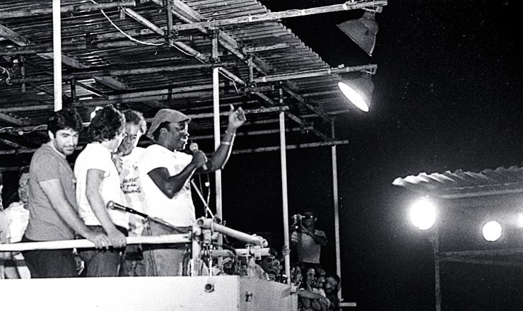 <strong> O compositor Milton Nascimento</strong> &nbsp;discursa no com&iacute;cio de Belo Horizonte&nbsp;