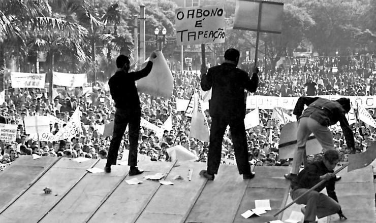 <strong> Sobre o palanque tomado</strong> das autoridades, militantes de esquerda e sindicalistas dirigem a manifesta&ccedil;&atilde;o