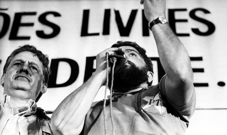 <strong> Ao lado de Fernando Henrique </strong> Cardoso,&nbsp;Lula discursa no com&iacute;cio do Pacaembu