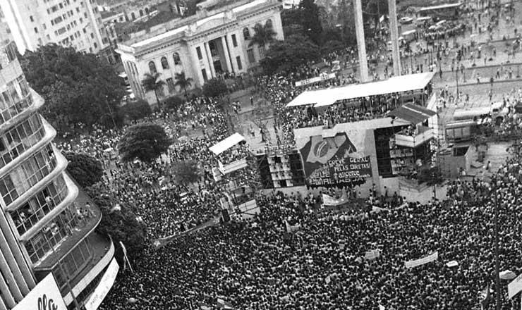 <strong> Em Belo Horizonte, </strong> o com&iacute;cio pelas Diretas-J&aacute; reuniu mais de 300 mil pessoas